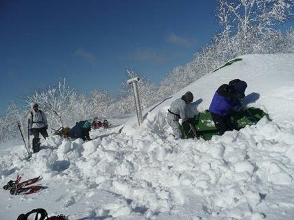 雪に埋もれた佐幌山荘の除雪